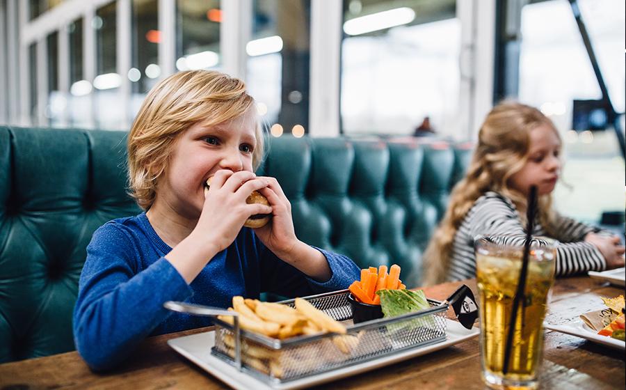 children-eating-Topgolf-burger